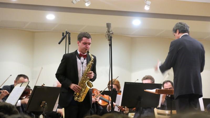 Krzysiu Koszowski na saksofonie.