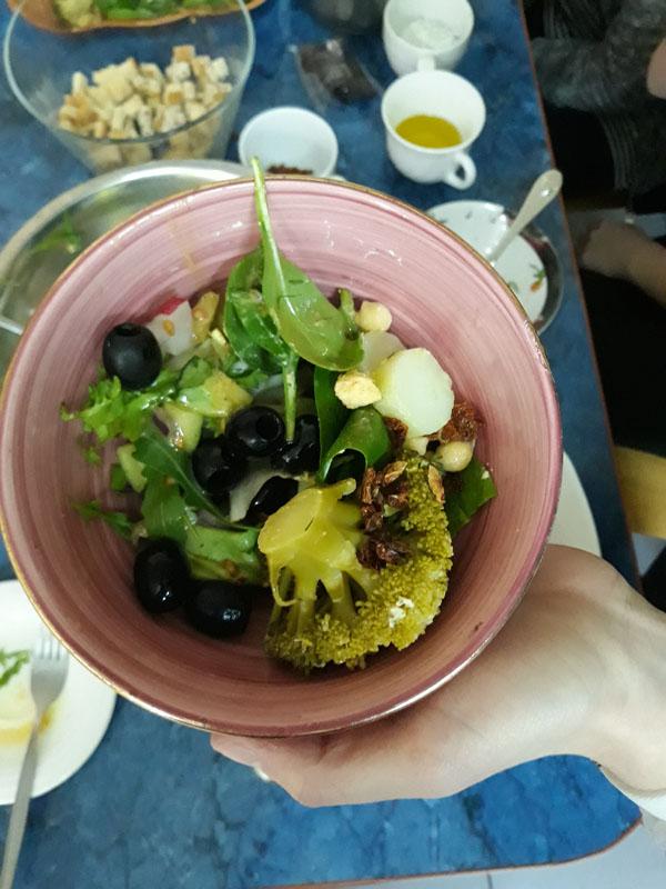 z brokułem, szpinakiem i oliwkami